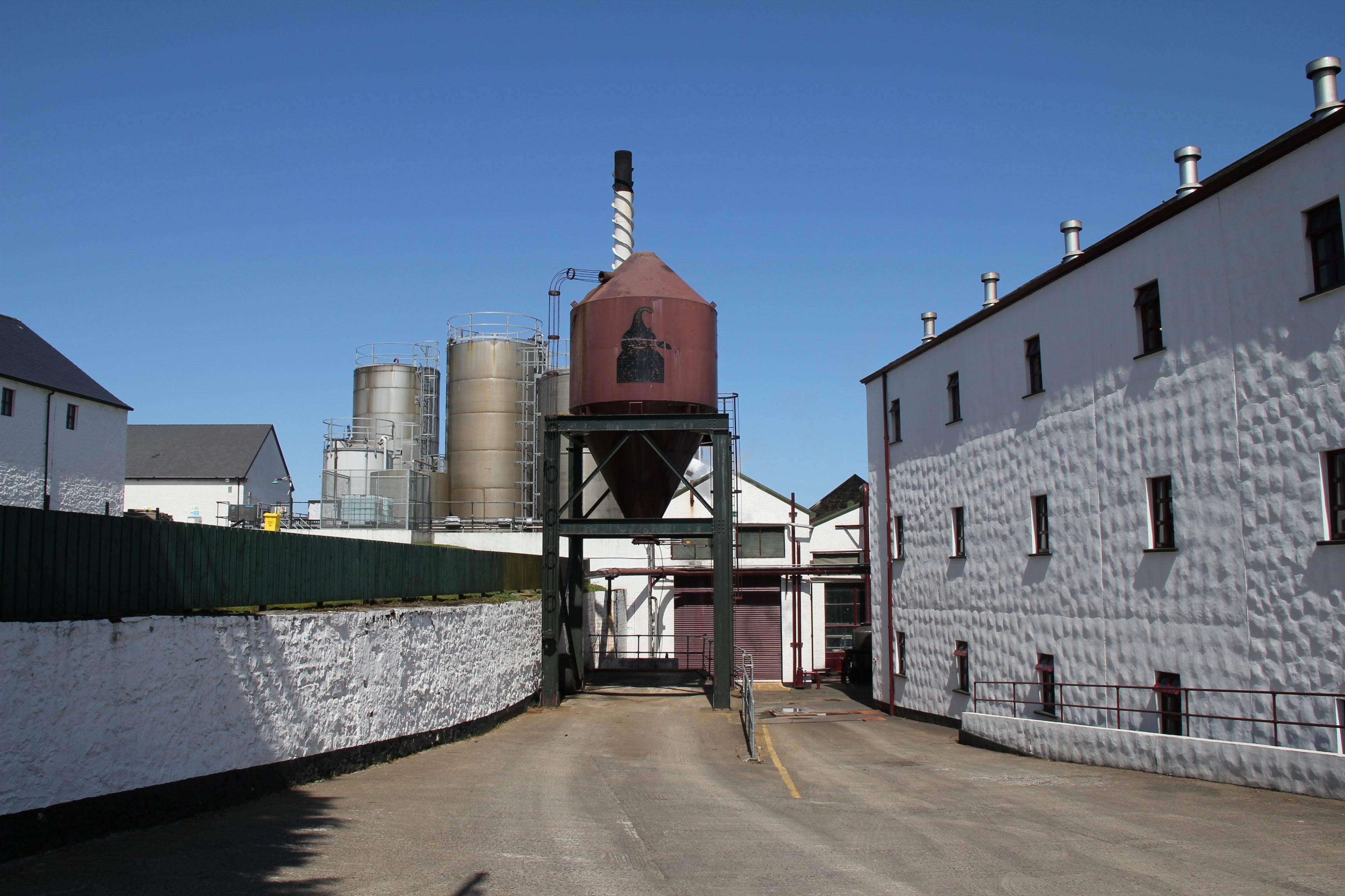 ブッシュミルズのウイスキー蒸留所=2012年5月