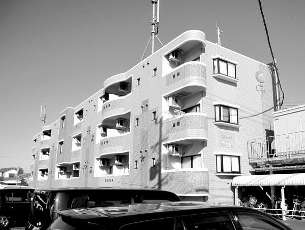 携帯電話基地局が設置された3階建てマンション