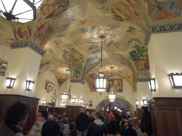 ミュンヘンの代表的なビアホール「ホーフブロイハウス」の店内
