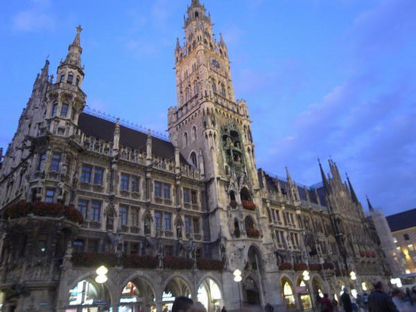 1867-1908年にかけて建設された新市庁舎。夜7時になると人影がまばらに