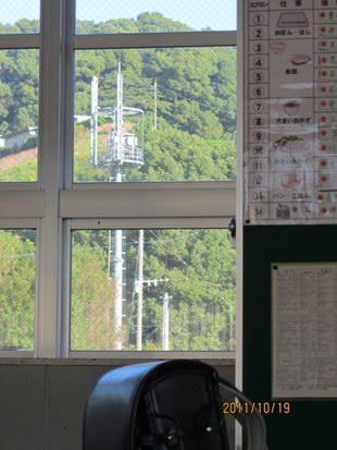 太宰府東小学校3階の教室の中から見た基地局