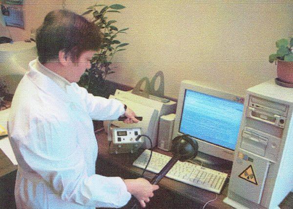 衛生と疫学センターのスタッフによる電磁波の測定