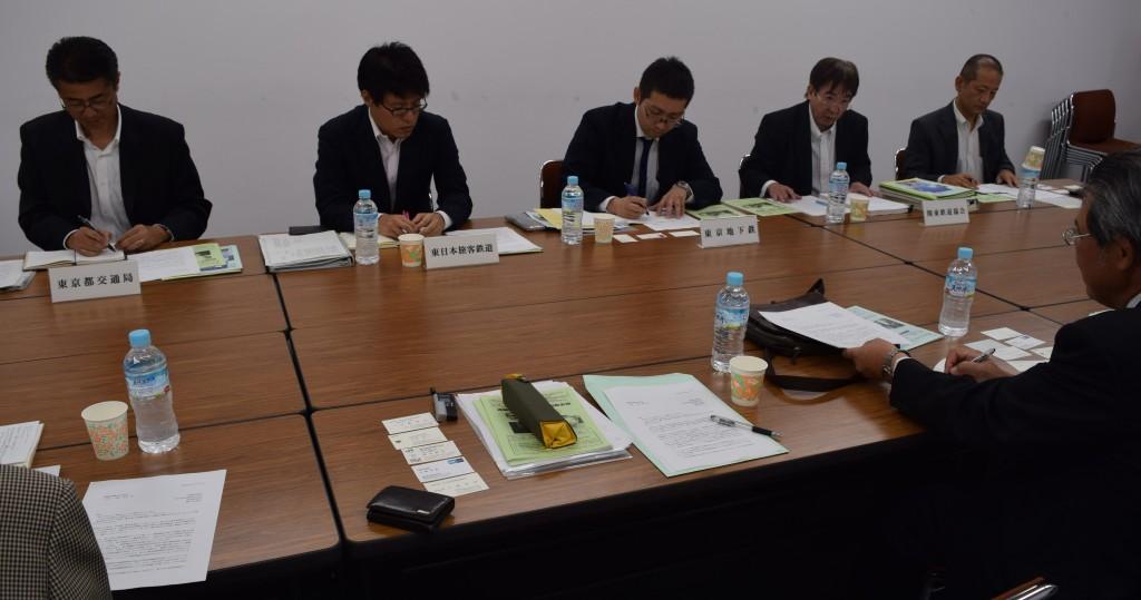 当会との交渉に臨む(左から)東京都交通局、JR東日本、東京地下鉄、関東鉄道協会の担当者=10月15日、関東鉄道協会