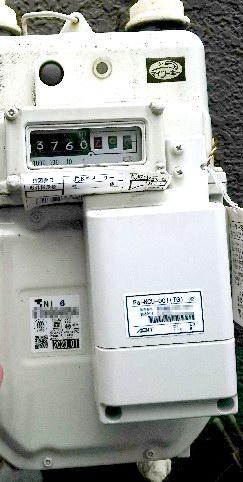ガスメーターに設置されたPHS通信端末(右下の四角い箱形)